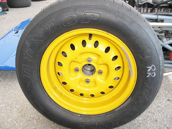 Dunlop Racing Formula Ford tires (135/545-13 CR82 front, 165/580-13 CR82 rear).