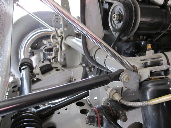 Hansgen used an MG TD steering rack instead of the Jaguar's original steering box.