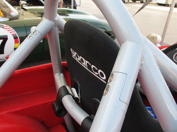 Removeable rearward roll-cage braces.
