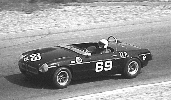 Mosport 1964: the earlier hood bulge has been replaced with a whopping big air scoop.