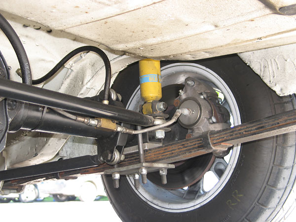 Semi-elliptic leafsprings have been clamped tightly to the axle.